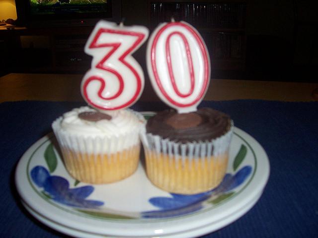 彼女の30歳の誕生日をお祝いするケーキ