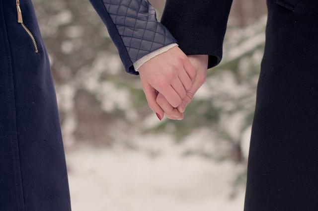 本命の彼女と手をつなぐ男性