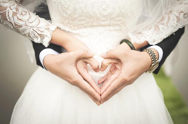 幸せな結婚をするカップル