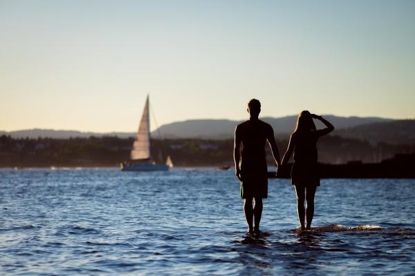 海水浴デートを楽しむ年の差カップル