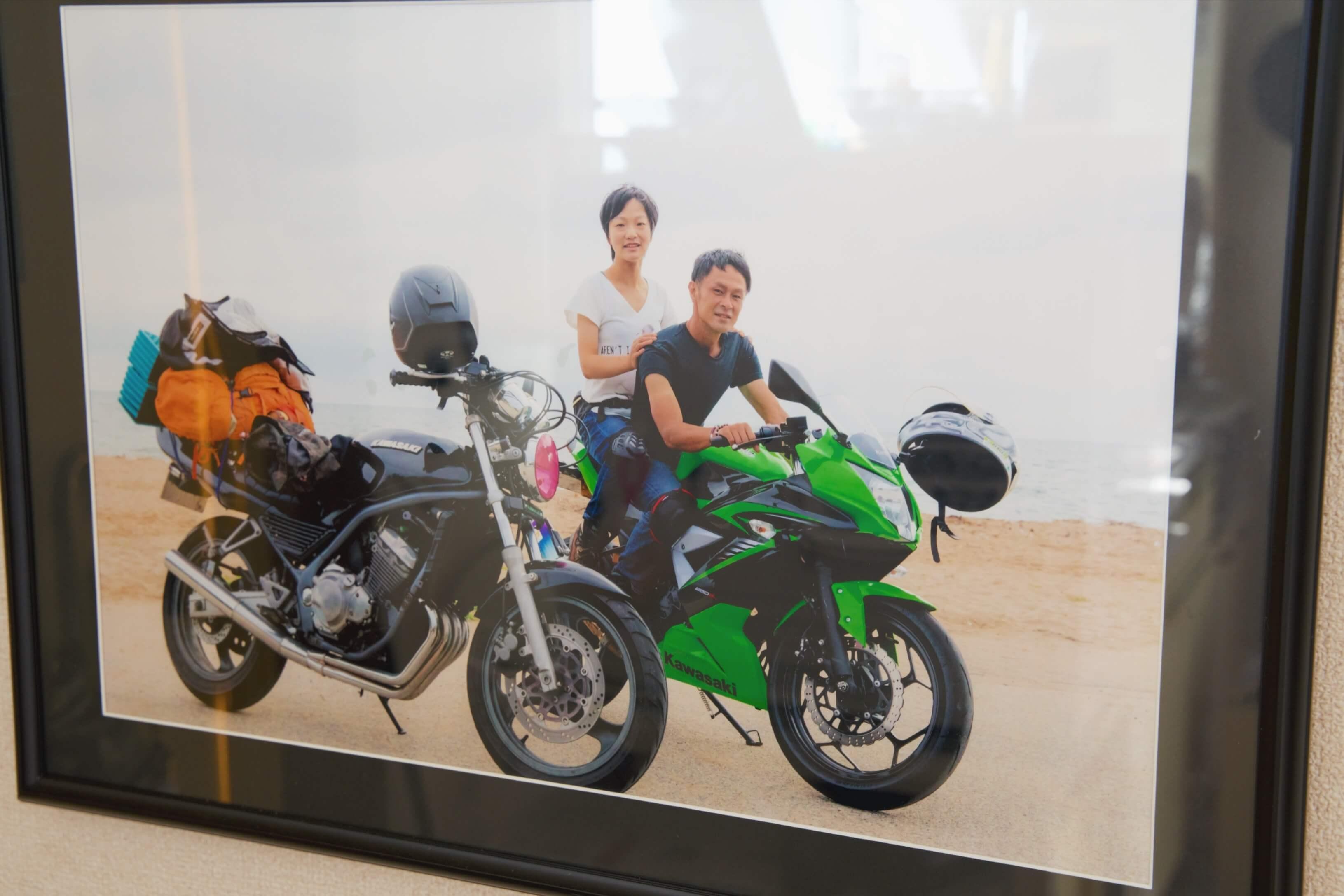 バイクと一緒に記念写真を撮っているお二人