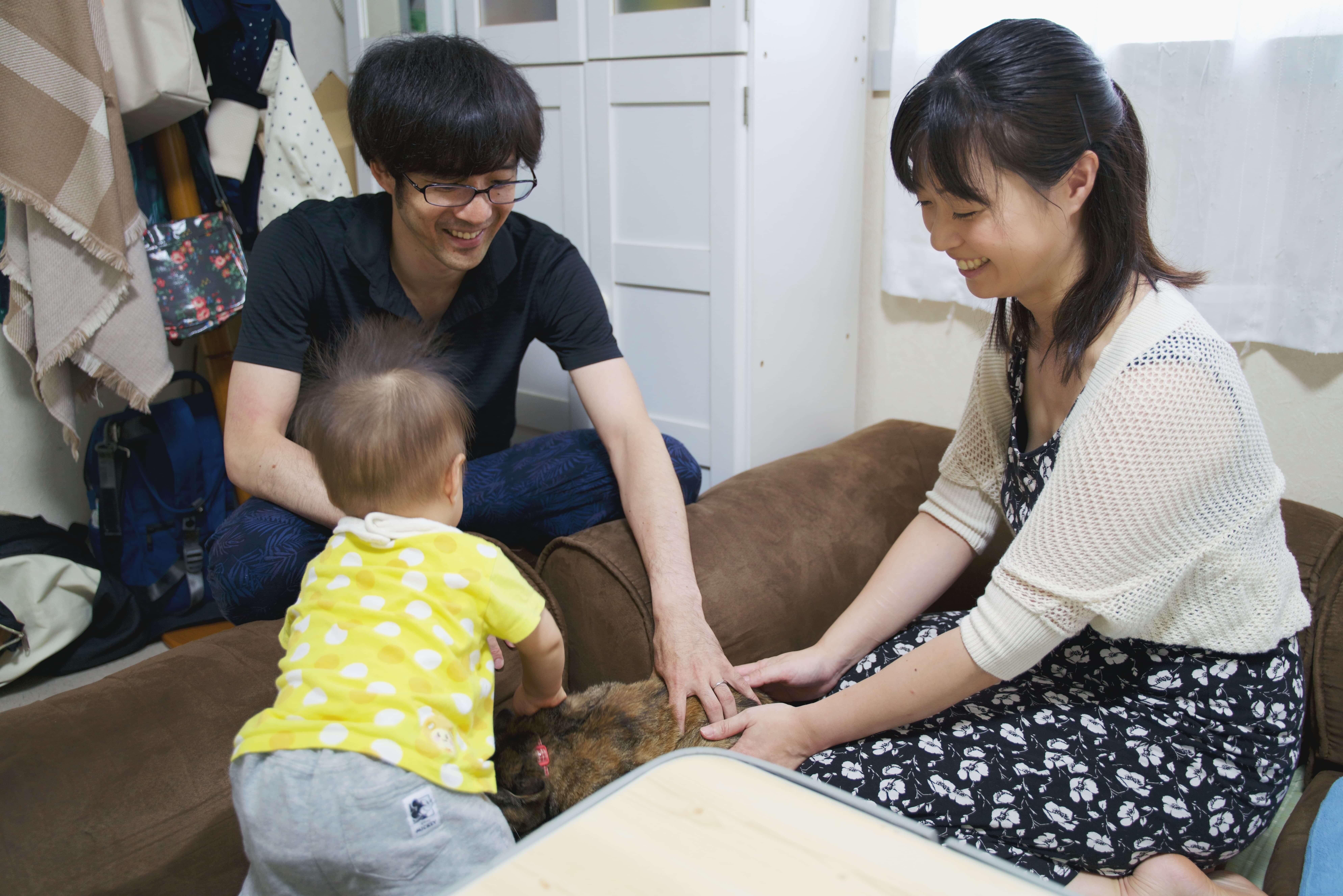子どもと遊ぶYusukeさんとKanakoさん