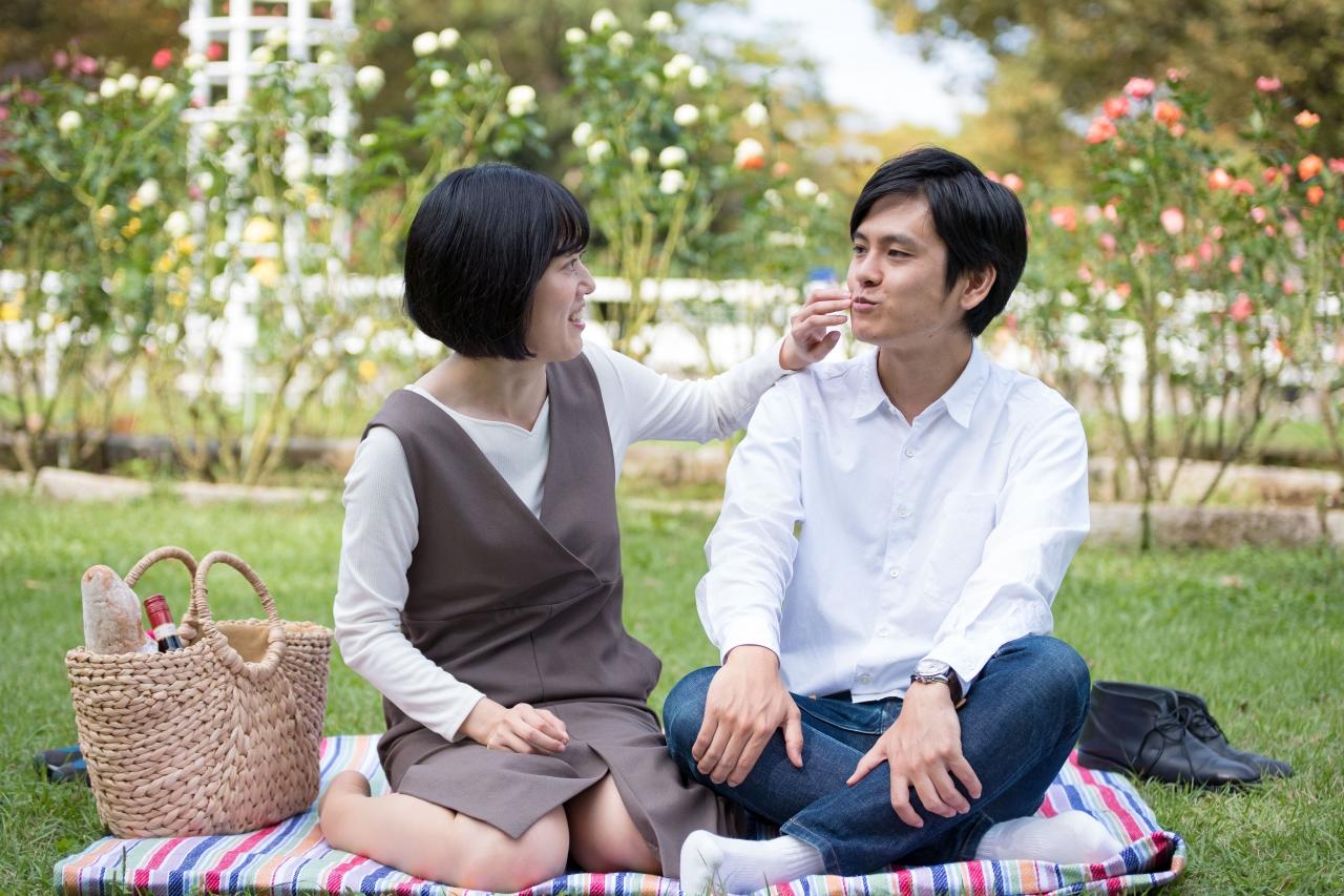ピクニックをするお二人