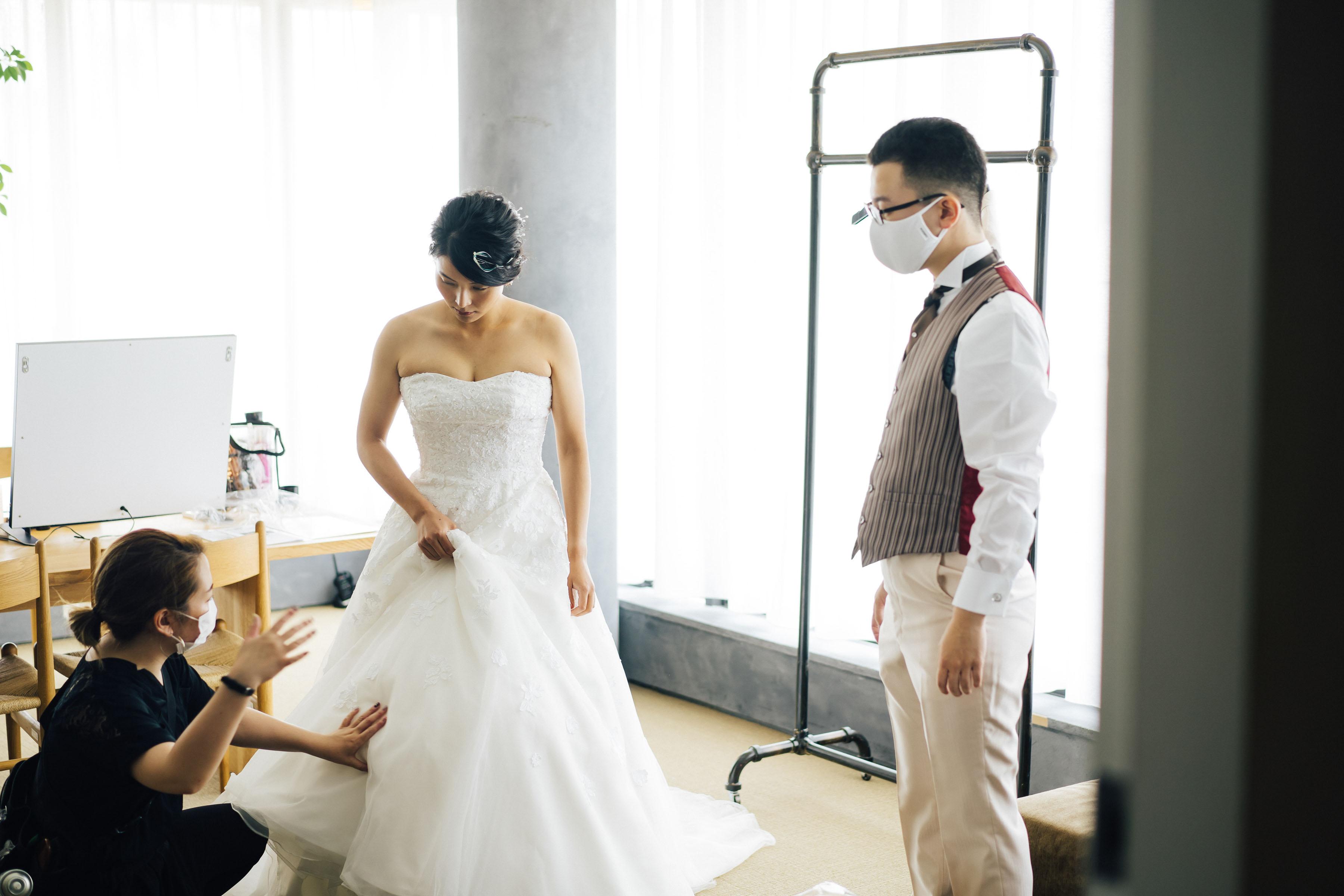 結婚式に向けて着替えている様子